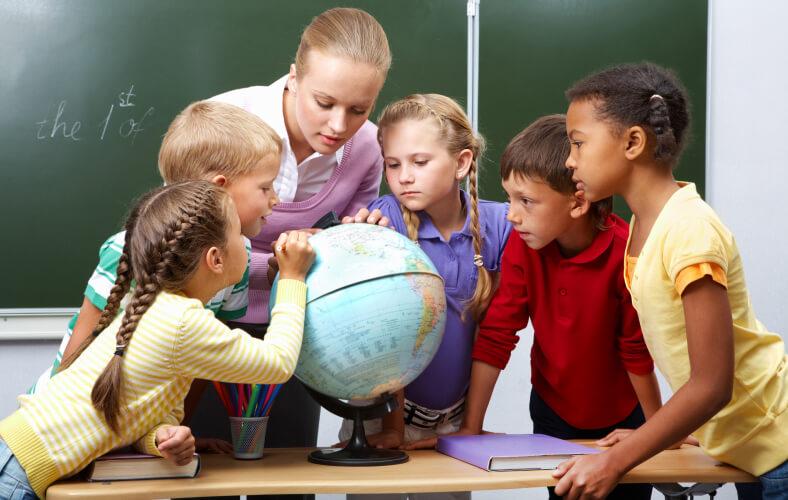 <p>Nasz zespól to ludzie dla których praca stanowi pasję, to nauczyciele posiadający pełne kwalifikacje zawodowe do nauczania dzieci w wieku przedszkolnym i żłobkowym. Przy zatrudnieniu odpowiedniej kadry duży nacisk kładziemy na wieloetapowy proces rekrutacji. Zależy nam, aby Państwa dziećmi opiekowali się profesjonaliści w swojej dziedzinie, którzy nie tylko mają odpowiednie wykształcenie, wiedzę z zakresu pedagogiki i psychologii, ale również posiadali pasję, charyzmę i kochali ludzi. Organizujemy szereg szkoleń wewnętrznych oraz zewnętrznych, aby wspierać naszą kadrę i w sposób ciągły podnosić jej kwalifikacje. Zależy nam aby na bieżąco wdrażać nowatorskie osiągnięcia dydaktyczne w zakresie nauczania, rozwijania zainteresowań i sprawdzania postępów dziecka.</p>