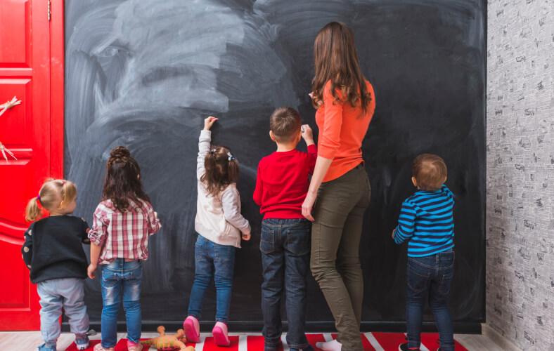 <p>Nauczyciel przedszkolaka jest obok rodziców jednym z pierwszych mistrzów dziecka, pod opieką którego dziecko spędza ogromną część czasu. Od jego zaangażowania, wiedzy i doświadczenia zależy jak wiele dziecko zyska w okresie przedszkolnym w każdej sferze swojego rozwoju – począwszy od rozwoju fizycznego, poprzez rozwój społeczny i emocjonalny a skończywszy na rozwoju intelektualnym. Jest to również okres intensywnego mnożenia się synaps, czyli połączeń między komórkami nerwowymi w mózgu. Dlatego na rodzicach i nauczycielach edukacji przedszkolnej spoczywa ogromna odpowiedzialność, gdyż właściwa stymulacja, umiejętne wzmacnianie dziecięcego umysłu przełoży się na jego przyszłe funkcjonowanie w szkole i możliwości w życiu dorosłym.</p>