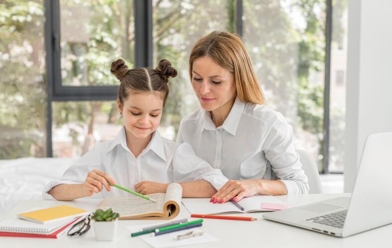 <p>W naszych Przedszkolach spotkacie młodych, kreatywnych, pomysłowych, empatycznych, cierpliwych i pełnych pasji nauczycieli, którzy starają się do każdego dziecka podchodzić indywidualnie, dostrzegając jego potrzeby rozwojowe, talent, zdolności i zainteresowania. Z uśmiechem witają dzieci i rodziców, uczą dzieci samodzielności i radzenia sobie z trudnościami, organizują dla nich ciekawe zabawy i przedstawienia. W umiejętny sposób pomagają odkrywać otaczający świat, wykorzystując ich dominujące inteligencje do wzmacniania słabszych stron. Potrafią dostrzec wyjątkowość każdego dziecka.</p>